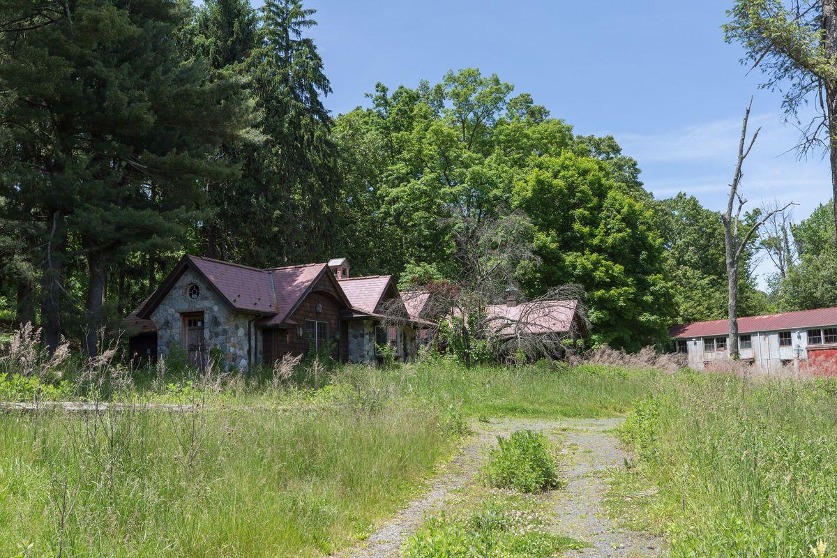 circus house barn abandoned house story