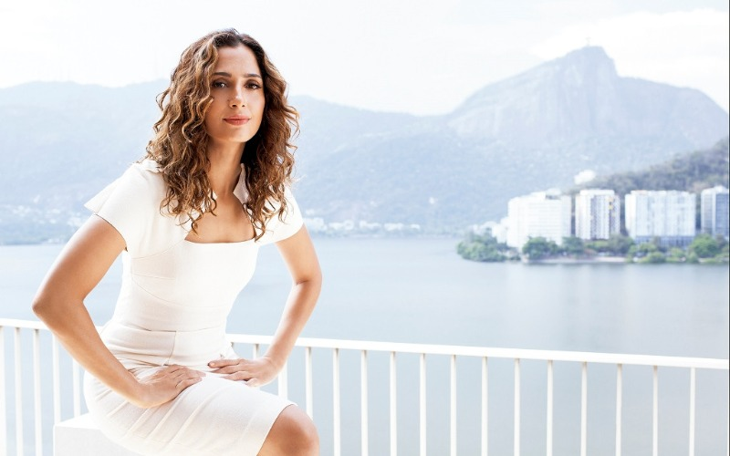 fan-pitanga-brazilian-actress-curly-hair-white-dress