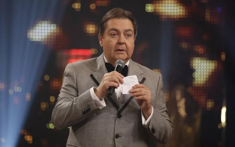 viv-fausto-tux-giving-award-brazilian-presenter