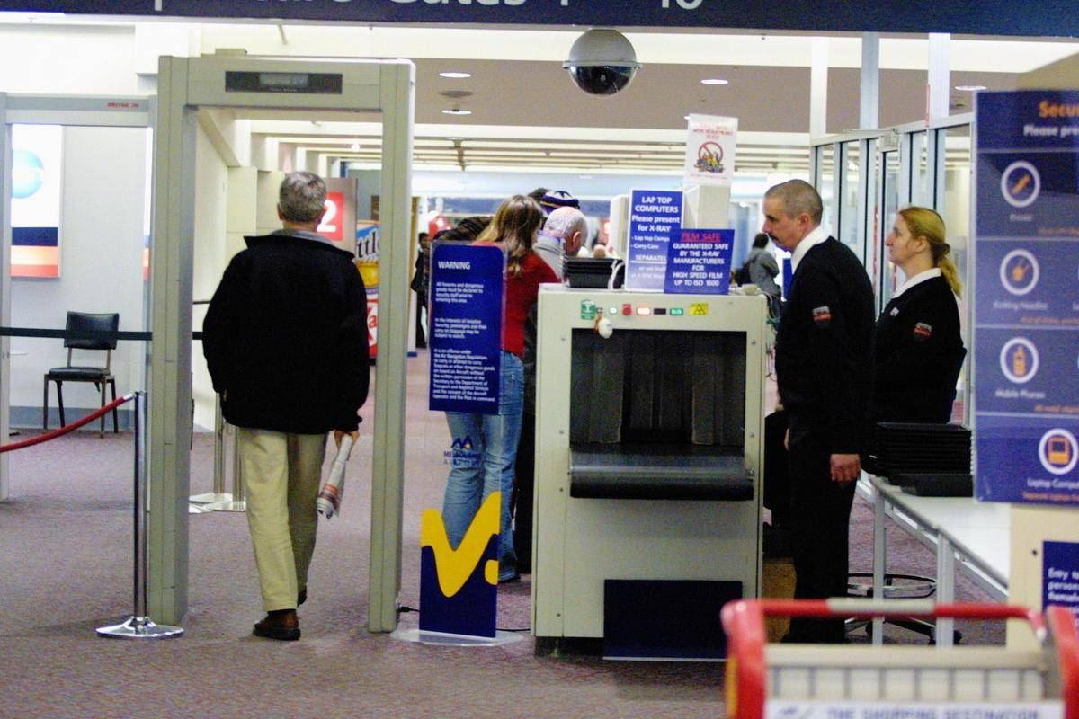Melbourne Airport security check point for all passengers, 31 May 2003. The AG